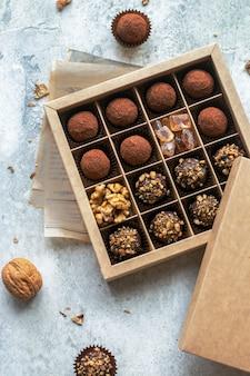 Schokoladenbonbons in einer holzkiste