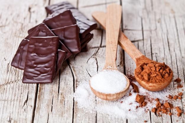 Schokoladenbonbons, kakaopulver und zucker