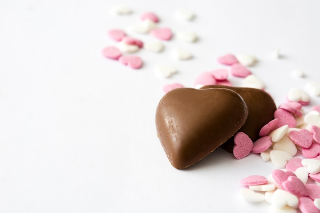 Schokoladenbonbons mit herzform und süßigkeiten