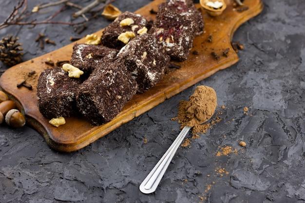 Schokoladenbonbonstücke mit kakao, platz unter der aufschrift.