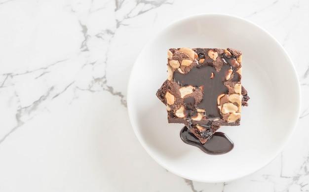 Schokoladenbrownies mit schokoladensauce
