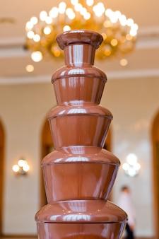 Schokoladenbrunnen gesetzt auf eine tabelle am hochzeitstag