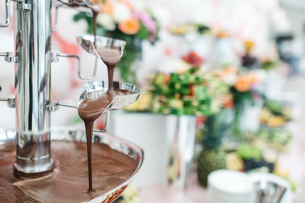 Schokoladenbrunnen in einem restaurant zum feiern der gäste