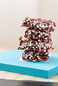 Schokoladenchips aus puffreis auf blauem ständer auf heller hintergrundvertikale
