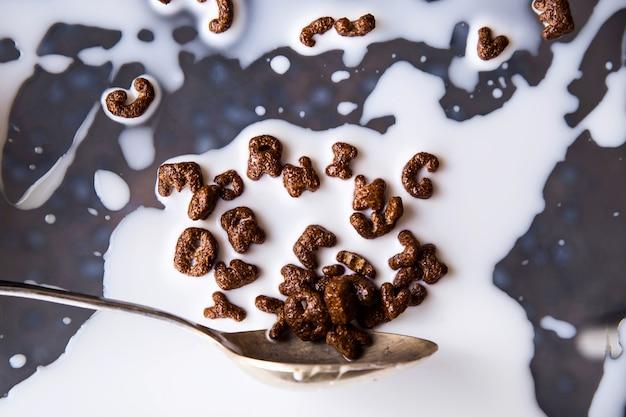 Schokoladencornflakes in form von buchstaben zum ein schnelles frühstück mit milch