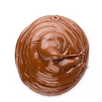 Schokoladencreme isoliert auf weißer oberfläche. flach liegen.