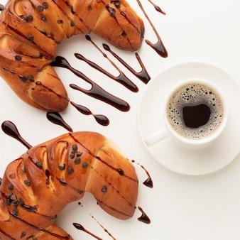 Schokoladencroissants und leckerer kaffee