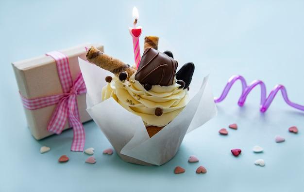 Schokoladencupcake auf pastellblauem tisch
