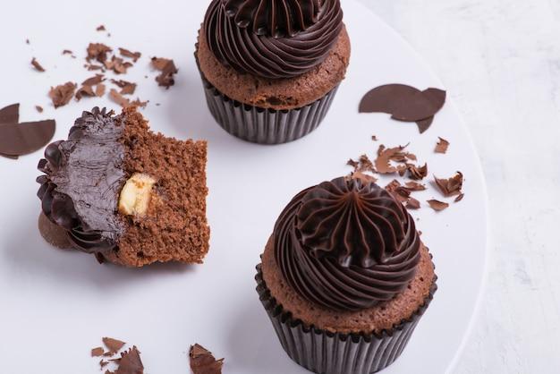 Schokoladencupcake auf weißem teller, draufsicht, nahaufnahme