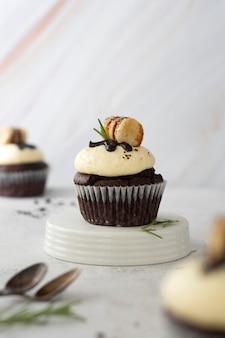 Schokoladencupcake mit vanillebuttercreme. süßes dessert zum frühstück.