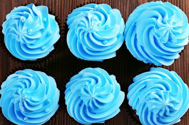 Schokoladencupcakes auf holztisch, ansicht von oben