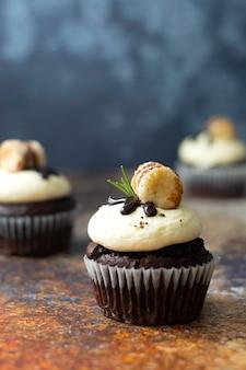Schokoladencupcakes mit buttercreme. süßes dessert, bäckerei, gebäckdessert.