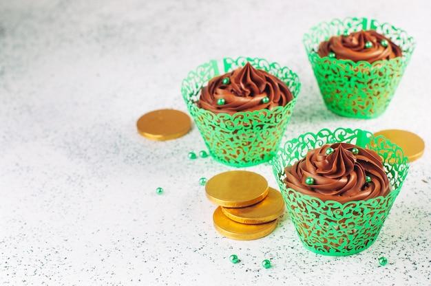 Schokoladencupcakes mit grünen zuckerstreuseln