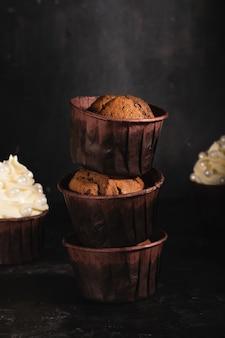 Schokoladencupcakes mit sahne verziert