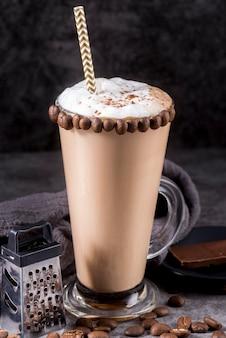 Schokoladendessert mit kaffeebohnen und stroh