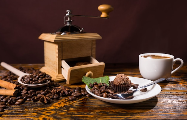 Schokoladendessert von kaffeemühle und bohnen