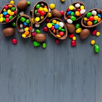 Schokoladeneier mit bunten süßigkeiten