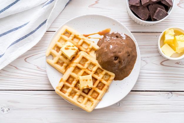 Schokoladeneis mit waffel