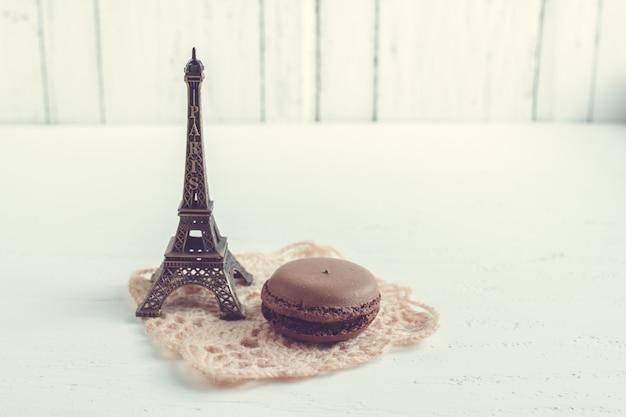Schokoladenfranzösische makronen und eiffelturm
