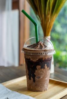Schokoladenfrappe auf tabelle im café