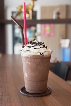Schokoladenfrappe mit schlagsahne