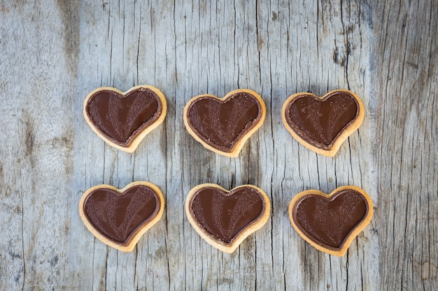Schokoladenherz auf holztisch für geschenk in der valentinstagliebe.