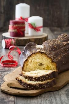 Schokoladenjulblock-weihnachtskuchen auf hölzernem