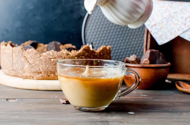 Schokoladenkäsekuchen und tasse kaffee