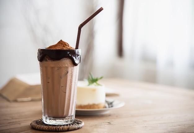 Schokoladenkakaomischung mit kuchen in der kaffeestube