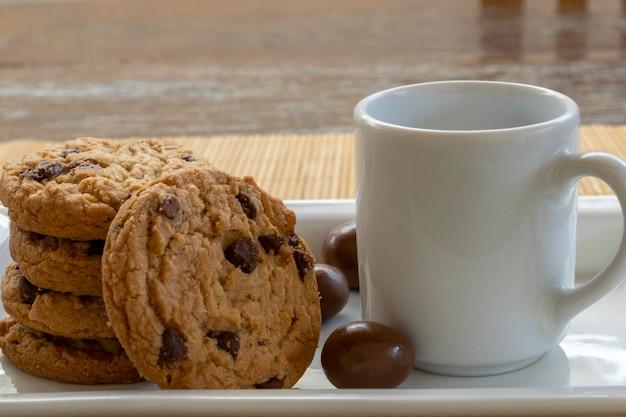 Schokoladenkeks und weiße tasse