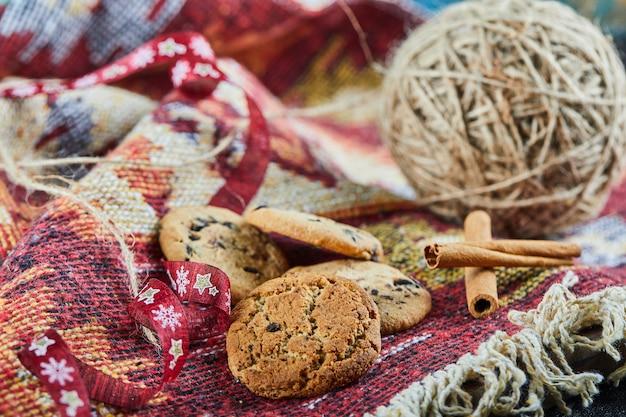 Schokoladenkekse auf einem geschnitzten bunten teppich