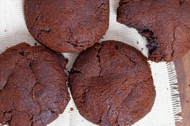 Schokoladenkekse auf einem handtuch