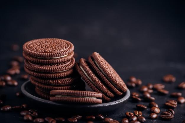 Schokoladenkekse auf schwarz