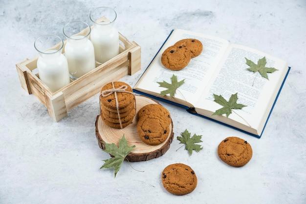 Schokoladenkekse im seil auf einem holzbrett.