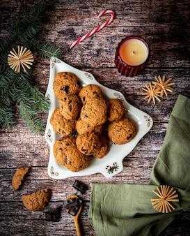 Schokoladenkekse in einem weihnachtsbaumförmigen teller