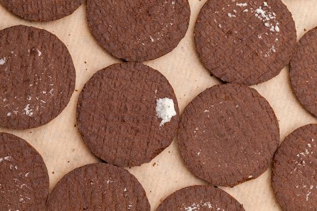 Schokoladenkekse mit cremiger sahnefüllung
