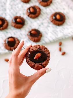 Schokoladenkekse mit ganzen mandeln