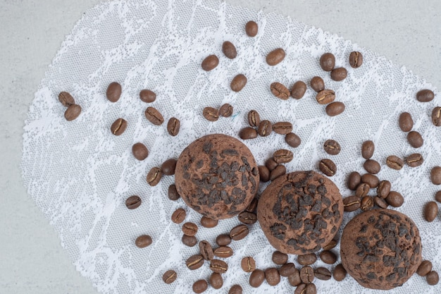 Schokoladenkekse mit kaffeebohnen auf weißer oberfläche
