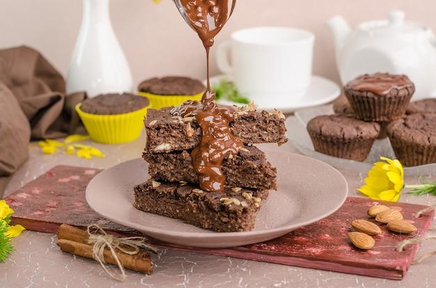 Schokoladenkekse mit schokolade auf beigem hintergrund. hausgemachte desserts. kekstag