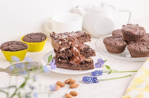 Schokoladenkekse mit schokolade auf weißem hintergrund. hausgemachte desserts. kekstag
