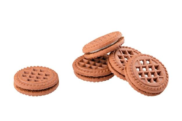Schokoladenkekse mit weißer füllung isolat