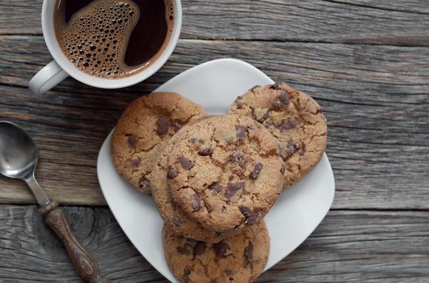 Schokoladenkekse und eine tasse kaffee auf dem tisch