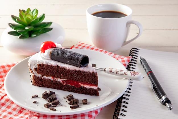 Schokoladenkirschkuchen mit tasse kaffee