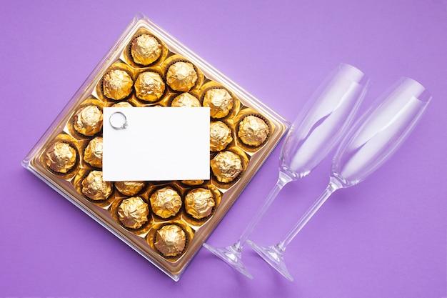 Schokoladenkiste und verlobungsring flach legen