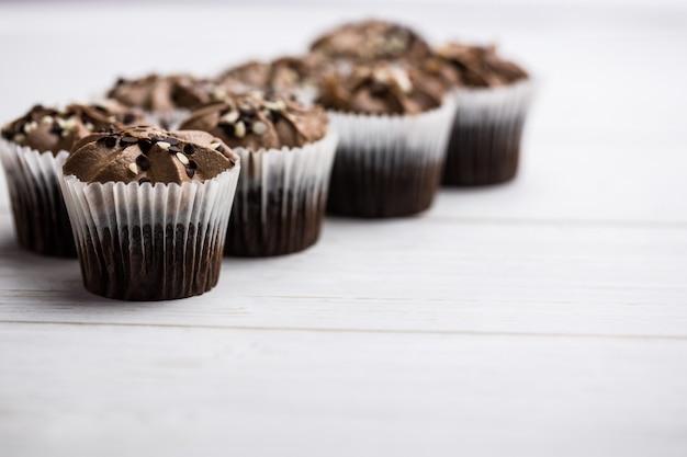 Schokoladenkleine kuchen auf einem tisch
