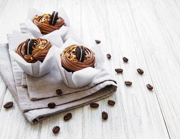 Schokoladenkleine kuchen auf tischdecke