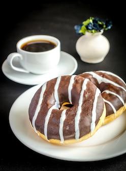 Schokoladenkrapfen mit einer tasse kaffee