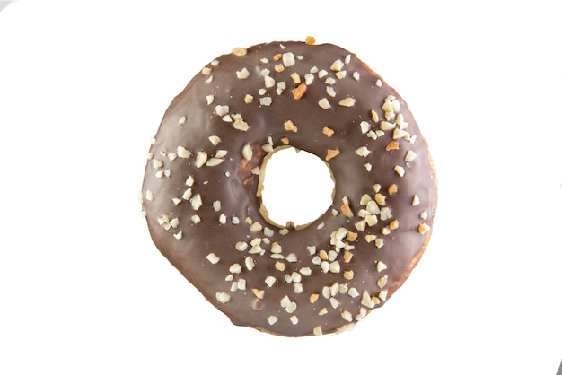 Schokoladenkrapfen mit nusskrümel auf weißem hintergrund. isolierte donut...