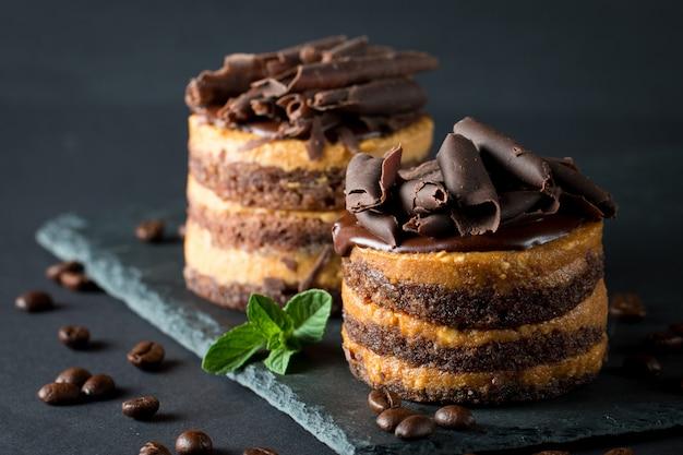 Schokoladenkuchen auf dunklem hintergrund.