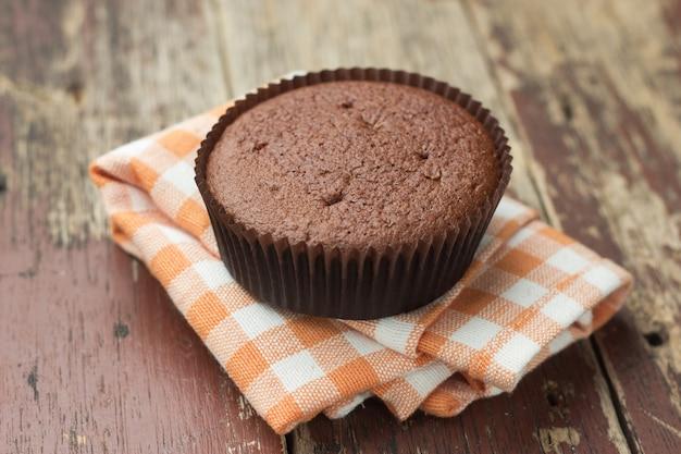 Schokoladenkuchen auf hölzerner tabelle